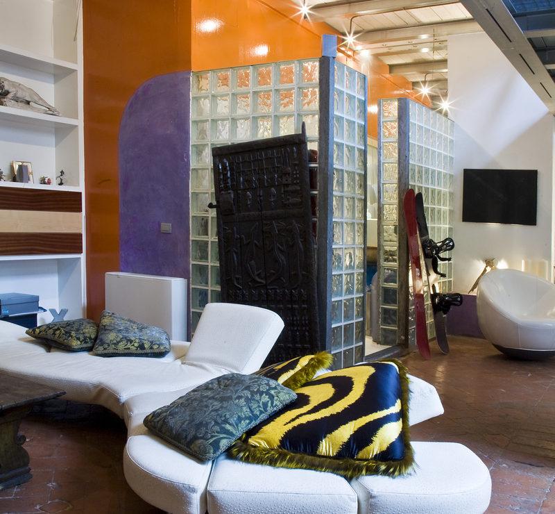Un ampio spazio suddiviso con soppalco e bagno. Architetto Donnaloia. A loft in Florence