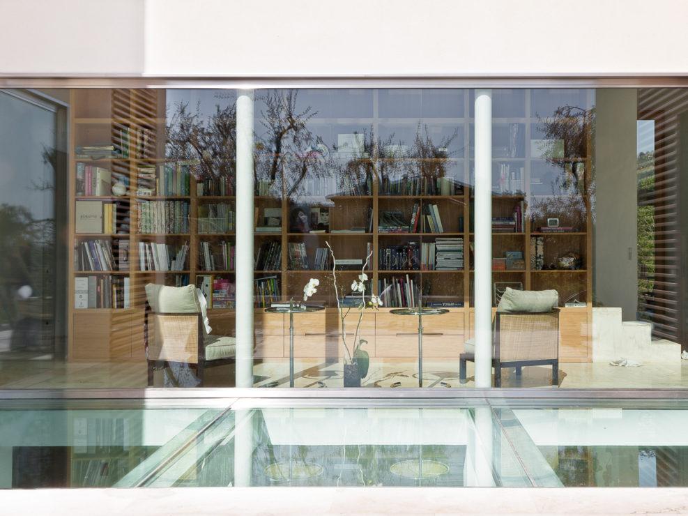 L'ingresso della villa che si apre in una ampia vetrata.. Fotografia interni di Francesca Anichini