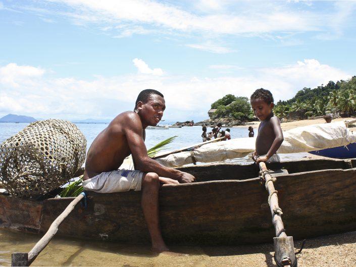 Un pescatore e il suo bambino nell'isola di Nosy Komba in Madagascar