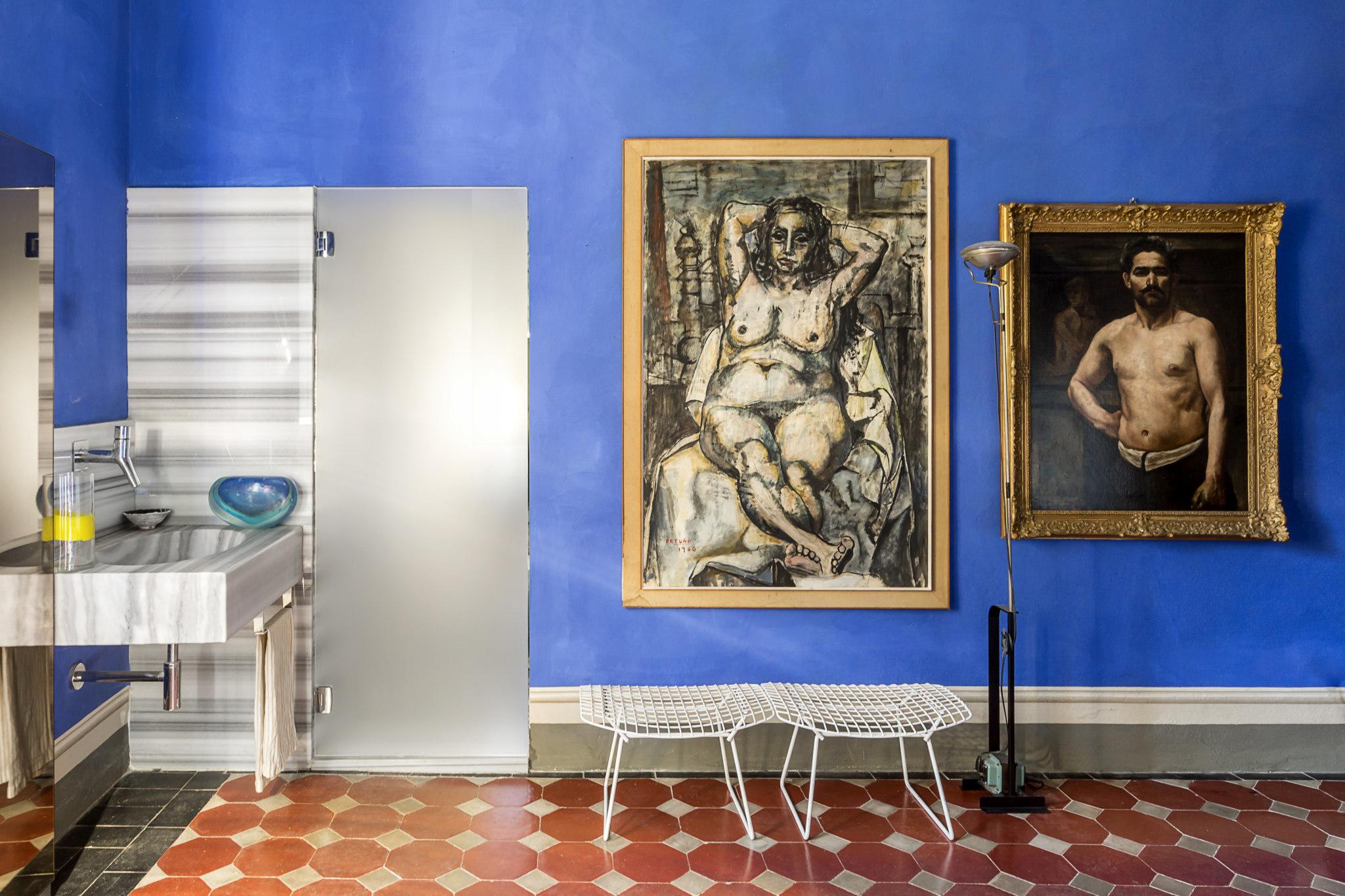 La camera da letto con angolo lavabo. Opere d'arte della collezione dell'interior designer