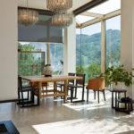 Sala da pranzo con vetrate sulla campagna pistoiese.