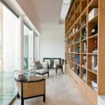 Un libreria aperta sull'ingresso di una villa contemporanea nella campagna Toscana