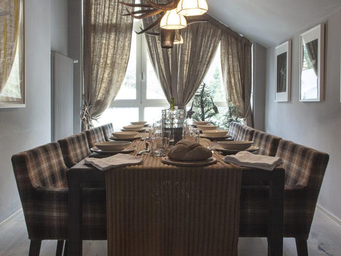 Calda tavola invernale per una baita in Val di Luce
