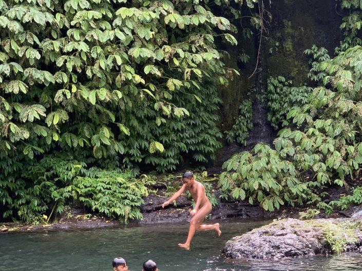 Fotografia di viaggio Ragazzi fanno il bagno alle Banyumala Twin Waterfalls