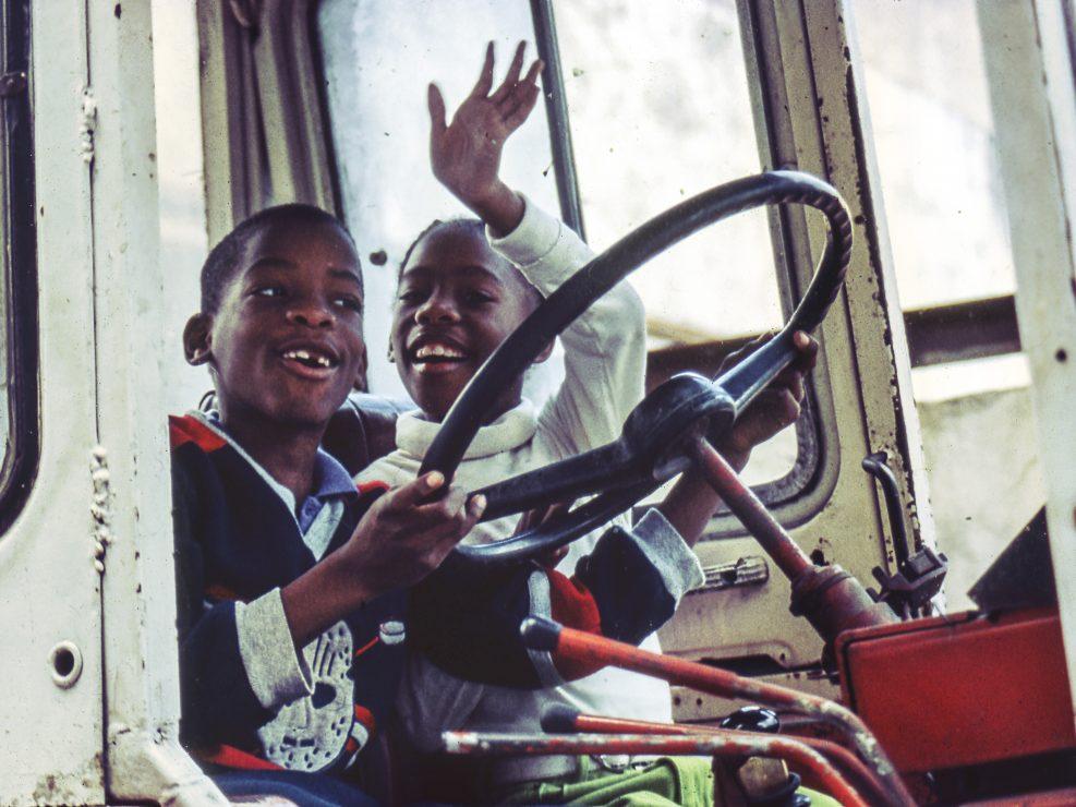 Bambini cubani giocano sopra un camion dismesso nelle foto di viaggio.