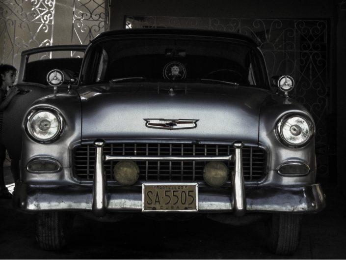 Bambina apre lo sportello di una auto old-fashioned all'Avana.