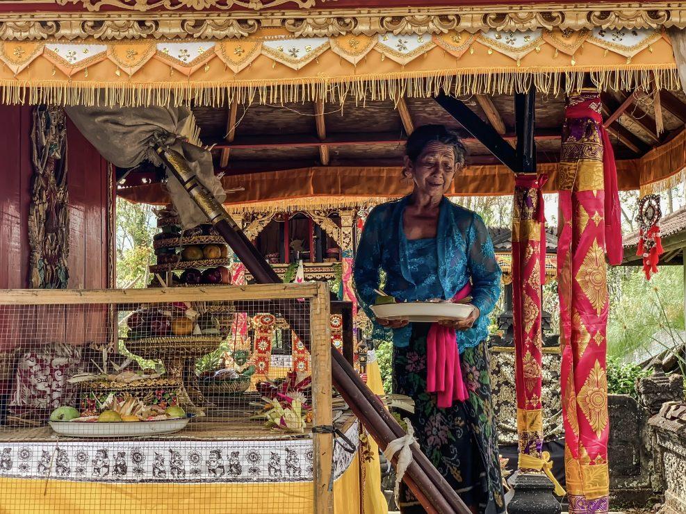 Una donna presenta le offerte nel giorno del Gulangan festa degli induisti balinesi