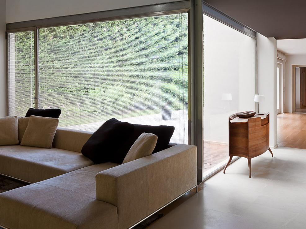 Una vetrta aperta sul bosco negli interni di una casa a Pescia.