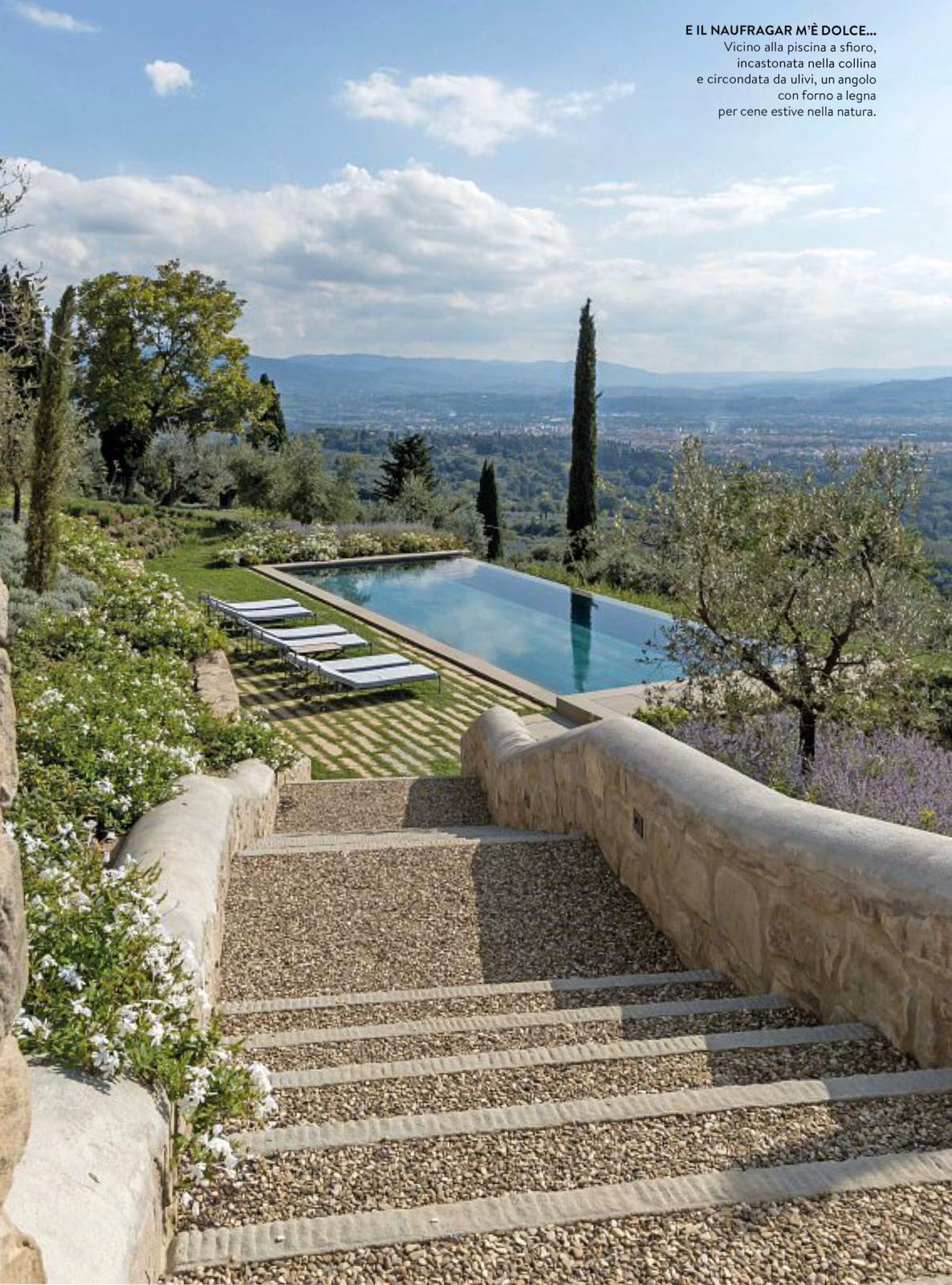 La piscina si affaccia su un panorama mozzafiato di Firenze.